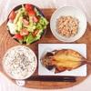 焼きあじ、レタスときゅうりのサラダ、小粒納豆。