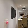電子看板を壁面に取り付けるブラケット