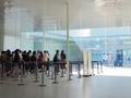 21世紀美術館で,待つのはチケット購入列:コンビニ発券の前売券なら,すぐ入れて,安い