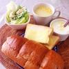 ポテトチリソース、チーズトーストエッグサラダ、コーンスープ、ヨーグルト。