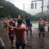 豪雨の中、山を走る人達