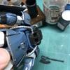 アクリジョン塗装の上からエナメル溶剤でふき取ると剥げるのか?