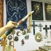 西の神様も東の宗教も、皆寄っておいで見ておいで!シャスタのカオスなお土産ショップ、ソウル・コネクション