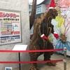 別府駅に飾られていたゴジラがクリスマス仕様に