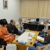 図書館長室にしりあがり寿さん、東陽片岡さん、手塚能理子さんたちが集まり談笑。