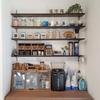 ガチャ柱を使ってキッチンの壁に可動式の収納棚をDIY!