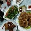 香港地元飯、ダイパイトン:鵝鳥の腸と青唐辛子の炒めもの、パリパリ鴿さん、レンコン餅、鶏肉とレバーのジャージャー炒め、辛いお料理を食べたい時に。(新興美食菜館、觀塘、瑞和街街市熟食中心)