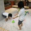 屋内で砂遊び
