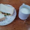 サンドイッチと牛乳