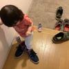 大人の靴を履きたがる一歳児
