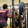 プレシーズン期におけるレジスタンストレーニング(パワー出力の向上は、多くの競技においてパフォーマンスの成功を左右する生理学的主因とされ、神経筋および神経内分泌系の適応を促し、除脂肪体重を増加させ、バランス、柔軟性、コーディネーションを向上させ、運動覚を敏感にする)