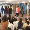 3校合同オイリュトミー練習.     Vorbereitung der 100Jahrfeier Jin Japan Eurythmieprojekt der 100Jahrfeier 100Oberstufenschüler in Japanische Waldorfschüler auf der Bühne!!!!!!