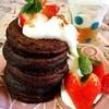 バナナと卵の粉なしパンケーキ+ほうじ茶にホイップ