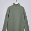 カジュアルにも合わせやすい魅力的なセーターなどのニット