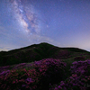 【天体撮影記 第132夜】 熊本県 草千里 烏帽子岳を染めるミヤマキリシマと夏の天の川
