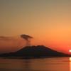 桜島の背に沈む夕陽。
