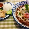 トムヤムビーフン麺とカオマンガイ(油淋鶏)