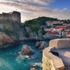 クロアチア共和国の真っ青な海とオレンジの屋根のコントラスト
