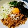 【今日の食卓】久々の東秀・花子金店で、「台湾まぜそば」670円税込。メッチャ濃い味でピリ辛で、絶対的に夏向き。夏バテで食欲不振は水分執りすぎや発汗で塩分不足だから、こういう料理を体が欲する。極太麺がよく合っている。台湾は美味しい料理が多いから行きたいとサルちゃんと意見が一致。タイでもよく知られているようだ。 Taiwanese fried mix noodle. Spicy taste is goid for Summer. #食探三昧 #台湾 #台湾料理