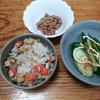 炊き込みご飯とキュウリサラダ