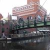 運河沿いを散策する:ガス・ストリート・ベイシン地区、バーミンガム、イギリス