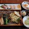 富山県南砺市の道の駅上平ささら館内にある五箇山旬菜工房いわなで、全国的にも珍しいいわなのにぎり付き山菜そば定食。