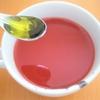 トマトジュースで絶品スープをレンジで作る!カリカリチーズとオリーブオイルで満腹に