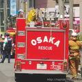 消防隊が放水でエアコンと扇風機のない部屋を冷却するドッキリをされた
