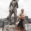 ジャマイカの首都キングストンにてボブマーリー像との2ショット