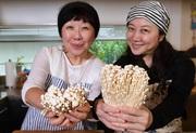 ホタテの貝柱みたいで食感がすごくいい…!「エノキつくね」のレシピ【西原理恵子と枝元なほみのおかん飯】
