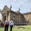 カンボジア車チャーターで プリアヴィヘア遺跡へ 行く日本人2人です。