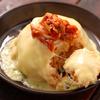 キムチチャーハン入りのチーズドームが電子レンジから出てきた【Yuu】