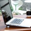 """持ち運びにも便利な MacBook Air のミニスタンド """"Just Mobile Lazy Couch"""""""