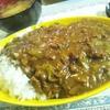 今日のひとり夜ゴハンは合挽きカレーと淡路島の玉ねぎのお味噌汁やよ~(*´▽`*)ノ