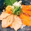 おひとりごはん梅田 海鮮丼を食べる「サーモン二種炙り丼」