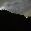 長良川の鵜飼会場は金華山の麓、見上げるとそこには月と城が見事な陰影を描いていた