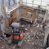 ビルの解体工事 小型重機 降りる準備