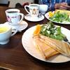 時々カフェでモーニングタイムを楽しむ