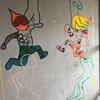 壁に絵の具で絵を描く