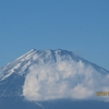 箱根の駒ヶ岳山頂から少し雪化粧した富士山と周辺の紅葉