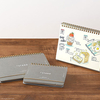 卓上カレンダーのように自立するノート「プラススタンド」