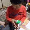 九龍はルービック・キューブの6面完成法にチャレンジしています。