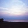 夏の朝の海、太陽と月の浮かぶ空