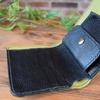 シンプルデザインの2つ折り財布(シュリンクレザー)