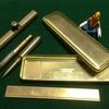 真鍮製の文房具は黄金色に輝く