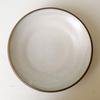 黒い土と白い釉薬のコントラストが特徴の「カレー皿」。