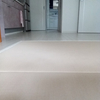白い床は汚れが目立つ