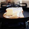 カリッとトロッと!鉄のフライパンでカマンベールトースト/シャロウパン/woodpecker プレート