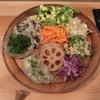 笹塚の「手しごと酒場食堂shiHOMEshi」で野菜おばんざい盛、イチジクのアイス、自家製黒烏龍茶。