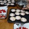 いちごのタルトレットとピーナツバタークリームのロールケーキ